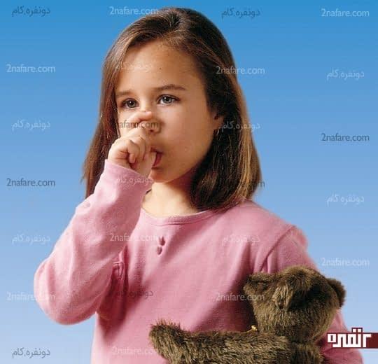 با حفظ آرامشتان کودک را به ترک مکیدن انگشت تشویق کنید