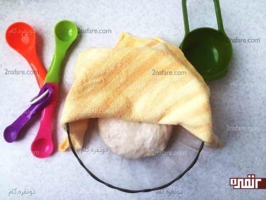 روی ظرف رو با پارچه ای نم دار و تمیز میپوشونیم