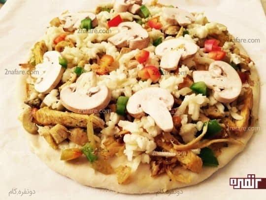 برای تزیین چند قارچ روی پیتزا میچینیم