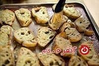 سوخاری کردن نان برای سالاد سزار