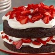 تزیین کیک شکلاتی با توت فرنگی
