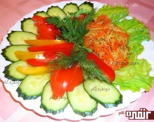 تزیین سالاد با خیار و گوجه و سبزیجات