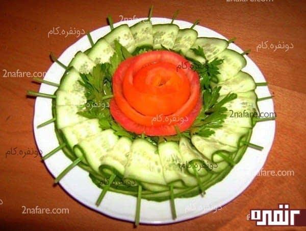 تزیین سلاد با نوار های خیار و گوجه فرنگی