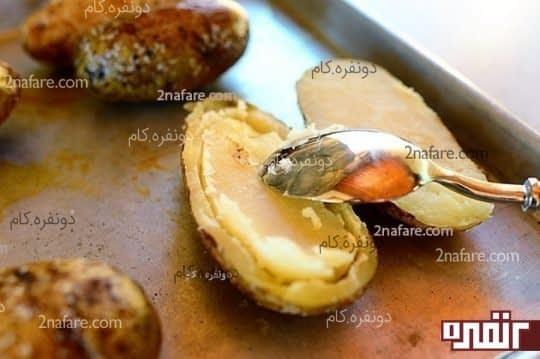 خالی کردن داخل سیب زمینی برای پیتزا سیبزمینی