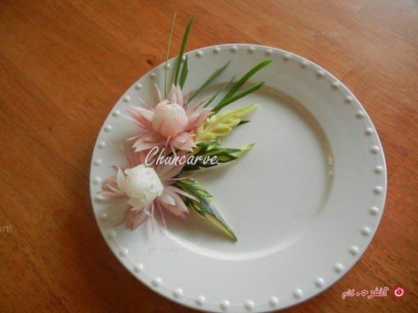 تزیین بشقاب غذا با تربچه به شکل گل