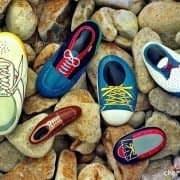سنگ های نقاشی شده به شکل کفش