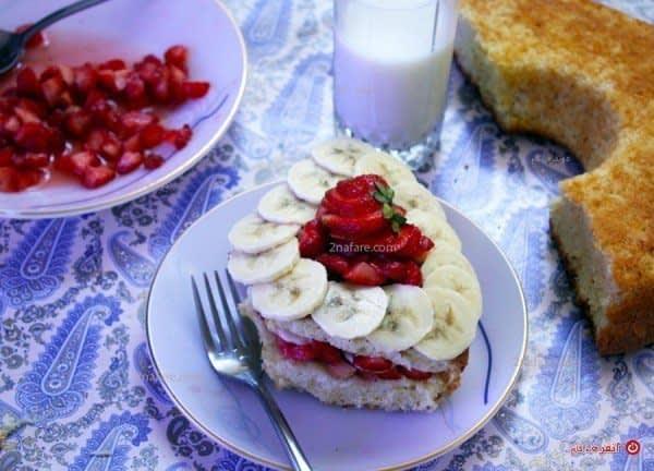 تزیین کیک با موز و توت فرنگی