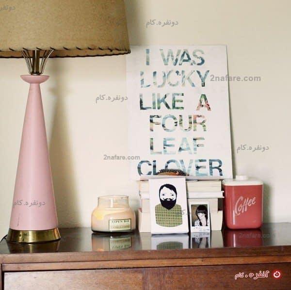 یک آباژور دوست داشتنی با رنگ صورتی و وسایل روی میز با تم گرافیکی و چشمنواز
