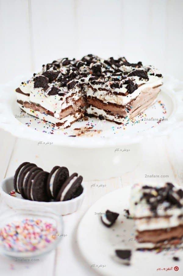 تزئین کیک بستنی با بیسکوئیت کرمدار و نقل های کوچک رنگی