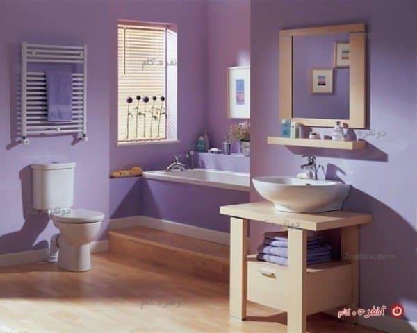 سرویس حمام مدرن با ترکیب رنگ یاسمنی و دکور چوبی