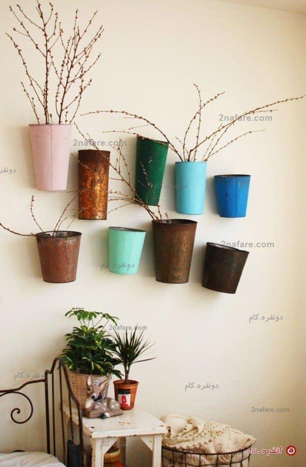 سطل های فلزی حلبی رنگ شده بعنوان گلدان های دیواری