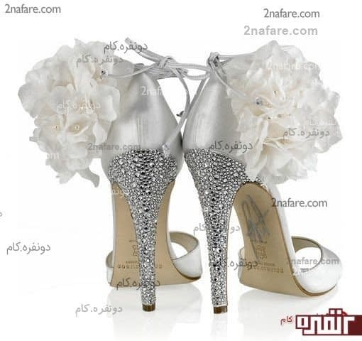 کفش طرح تانگو با پاشنه ی ویژه و تزئین گل سفید