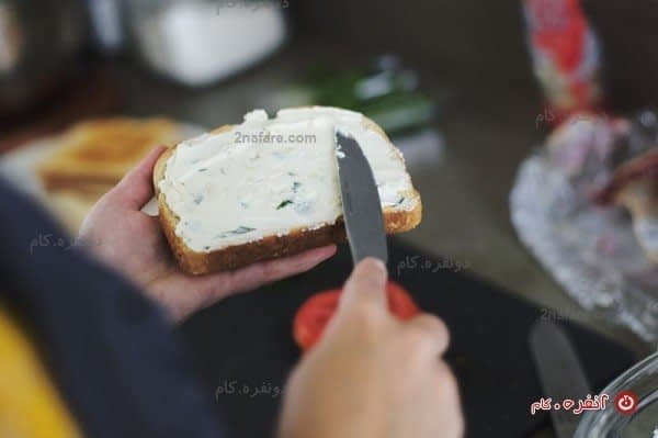 پنیر خامه ای فراوان روی نان تُست شده (هممممم)