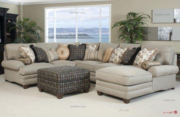 کاناپه راحتی به شکل ال همراه با دو زیر پایی برای فضایی خانوادگی