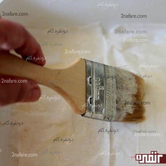 یک لایه خمیر رو کف ظرف پهن کنید و روش کره بمالید