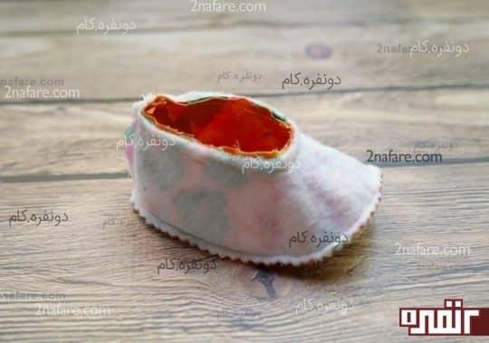 پارچه داخلی کفش رو هم وارو درون کفش قرار بدید و دور تا دورش رو بدوزید.