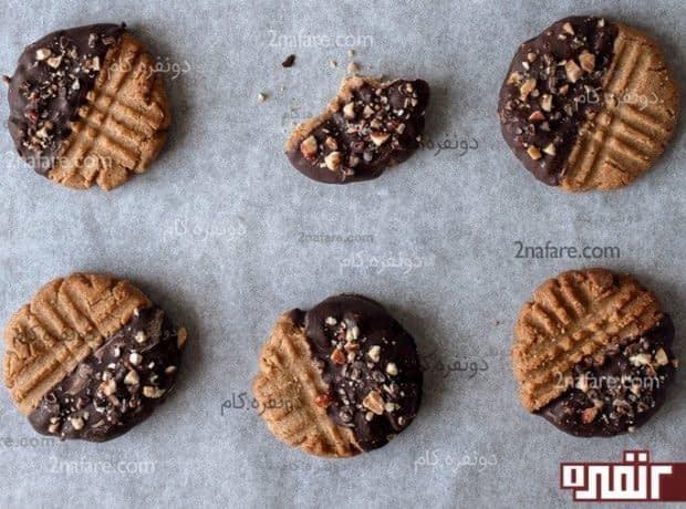 کوکی بادام زمینی با تزئین شکلات