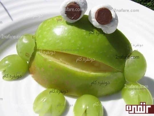 قورباغه ی سبز تلفیقی از سیب و انگور و خامه و شکلات