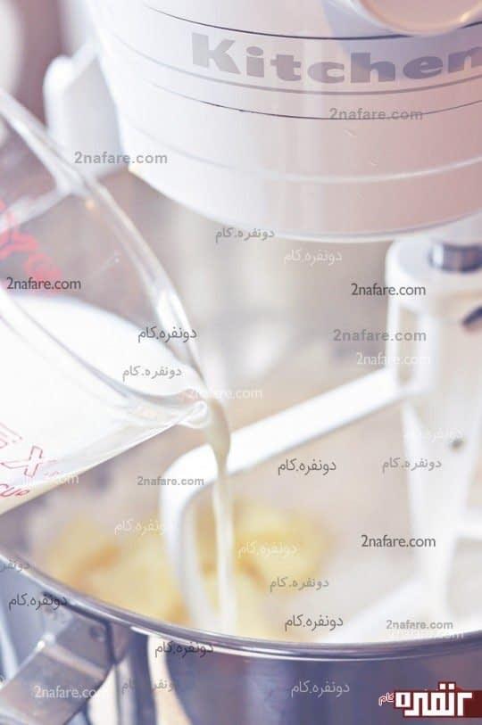 مخلوط کردن کره و نصف پیمانه شیر