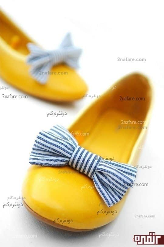 کفش عروسکی زرد رنگ با پاپیون آبی راه راه، تضاد رنگی فوق العاده زیبا و تابستانه