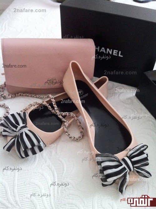 کفش عروسکی صورتی رنگ شانل، با پاپیون سیاه و سفید پارچه ای