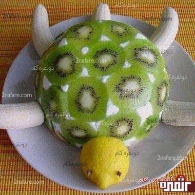کیک لاک پشتی همراه با تزئین کیوی و موز و لیمو