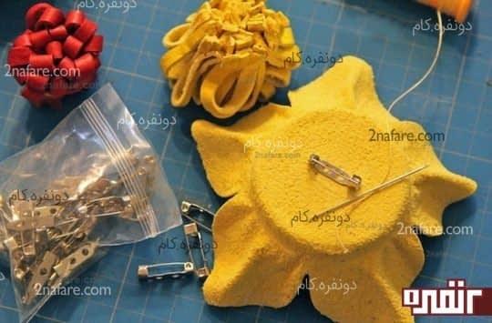استفاده از گل تزئینی با چرم به عنوان سنجاق سینه