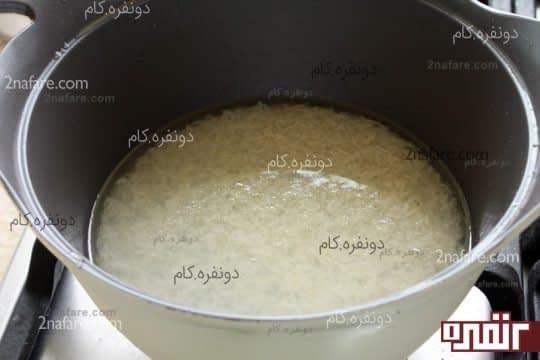 برنج رو با آب میپزیم