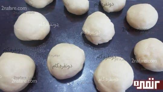 چانه گیری خمیر برای تهیه ی نان نارگیلی