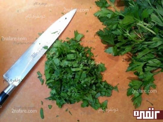 آماده کردن سبزی برای مرغ شکم پر مجلسی