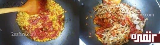 تفت دادن رب گوجه و پیاز و افزودن مرغ ریش شده به مواد