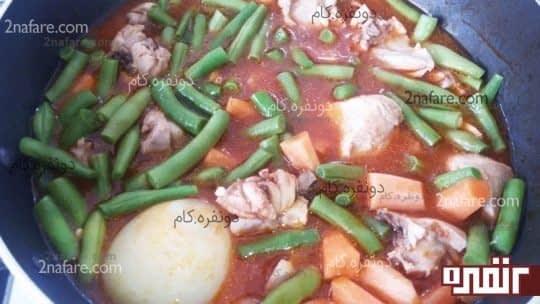 اضافه کردن لوبیا سبز و هویج به خوراک