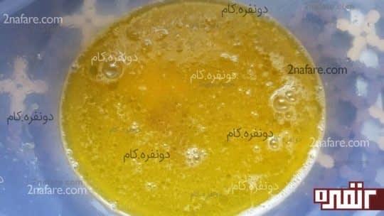 مخلوط تخم مرغ ، شکر ، روغن و نمک برای تهیه ی خمیر اشترودل