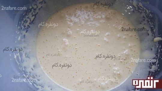 هم زدن شکر و تخم مرغ برای تهیه ی کیک یزدی