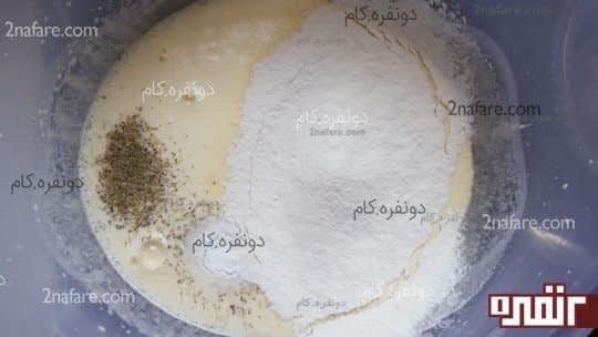 اضافه کردن مواد خشک به مایه ی کیک یزدی
