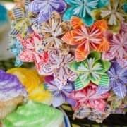 یه گلدون پر از گل های کاغذی رنگارنگ به روش اوریگامی
