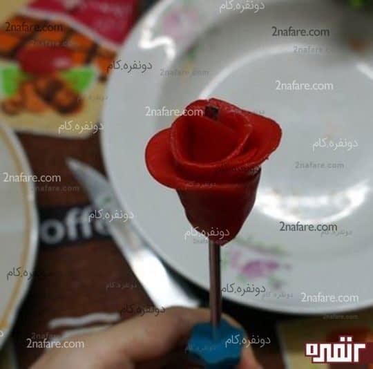 فرم دادن به گلبرگ ها برای ساخت شمع گل رز
