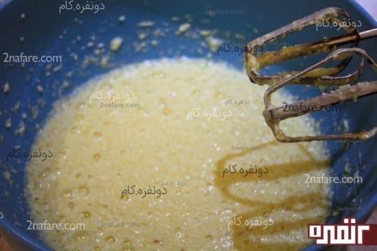 اضافه کردن تخم مرغ ها و شیر به کره