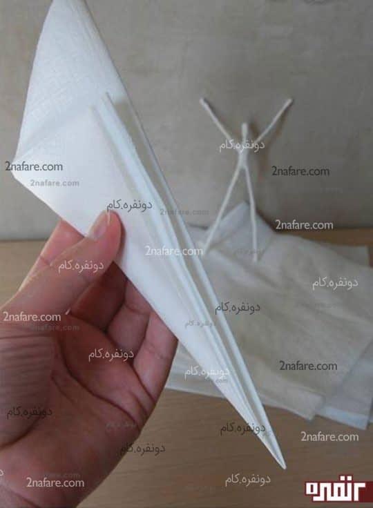 دستمال را مانند شکل تا کنید