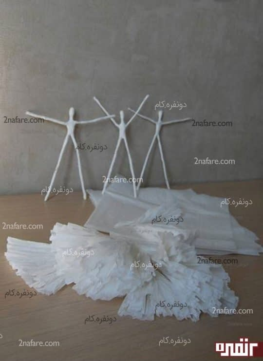 آماده کردن لایه های دستمال کاغذی برای لباس های فرشته های آویز