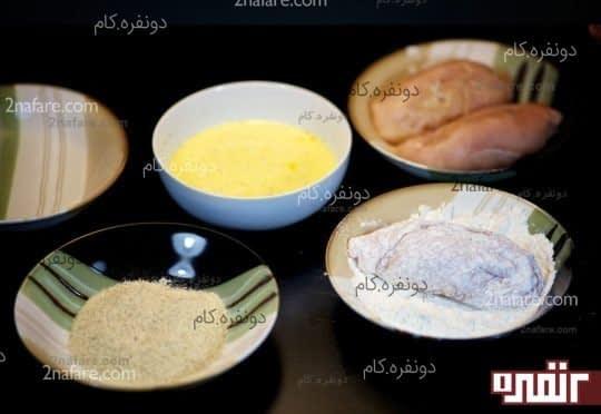 مرغ ها رو ابتدا در آرد و بعد در تخم مرغ و بعد در آرد سوخاری بغلتونید