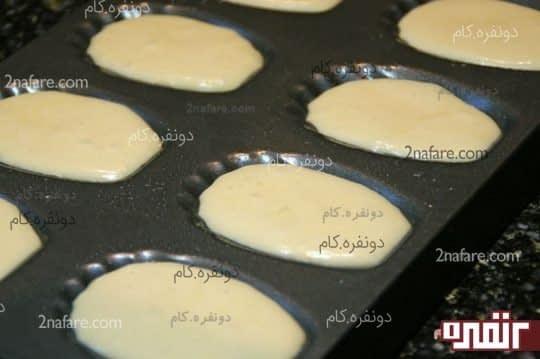 خمیر رو در قالب مادلین بریزید