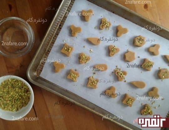 روی شیرینی ها پودر پسته بریزید