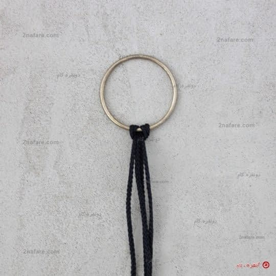 نخ ها رو به این شکل در حلقه قلاب کنید.