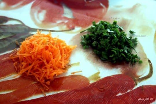 هویج رو رنده و تره رو خرد میکنیم.
