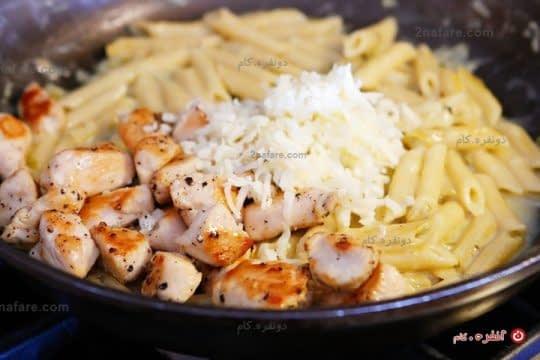 اضافه کردن مرغ و پنیر