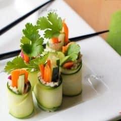 رول خیار و سبزیجات