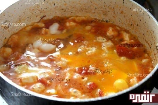 اضافه کردن تخم مرغ ها