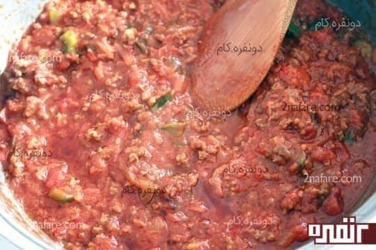 فلفل دلمه و رب گوجه و ادویه ها رو هم اضافه میکنیم