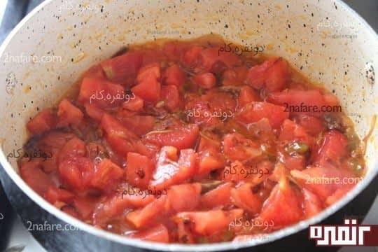 گوجه ها رو اضافه میکنیم